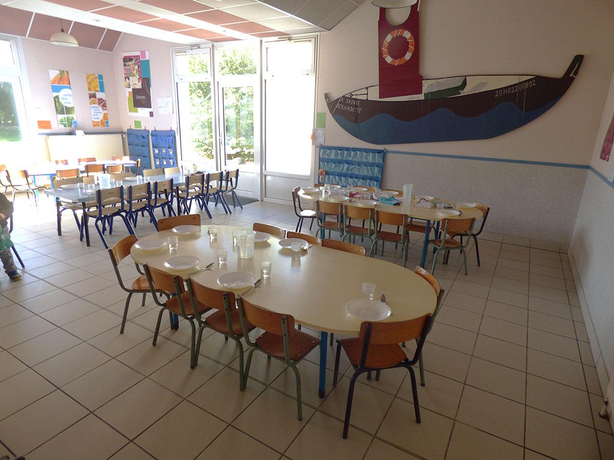 La salle de cantine de l'école Sainte Bernadette de Vitré